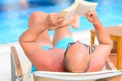 Mens die een boek leest Stock Foto's