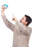 Mens die een bol houdt Stock Afbeelding