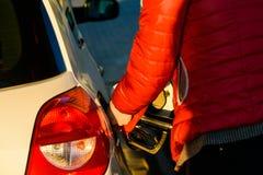Mens die een brandstofpijp houden stock afbeelding