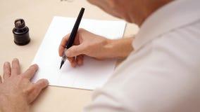 Mens die een brief op witte spatie schrijven Dicht schot Hoogste mening Het kalligrafische van letters voorzien op witte spatie D stock videobeelden
