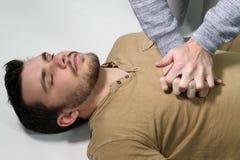 Mens die een cardiopulmonale reanimatie doen Royalty-vrije Stock Foto