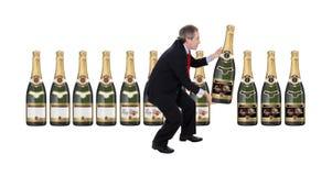 Mens die een champagnefles kiest Stock Foto's