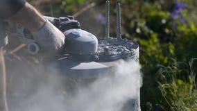 Mens die een concrete kolom snijden Vonken van metaal en concrete stofbouw stock footage