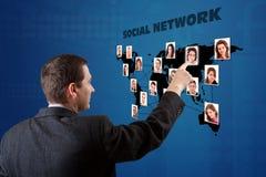 Mens die een digitale kaart drukt Royalty-vrije Stock Afbeeldingen