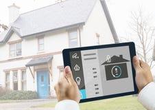 Mens die een digitale tablet met het concept van de huisveiligheid houden Royalty-vrije Stock Foto's