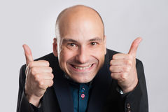 Mens die een dwaas gezicht maken en duim opgeven royalty-vrije stock fotografie
