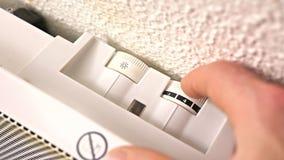 Mens die een elektrische radiator aansteken stock video