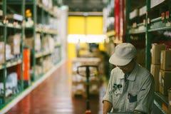 Mens die in een fabriekspakhuis werken royalty-vrije stock afbeeldingen