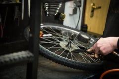 Mens die een fiets herstellen royalty-vrije stock afbeelding