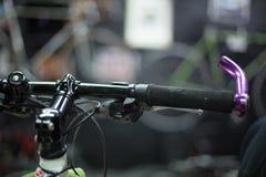 Mens die een fiets herstellen stock foto