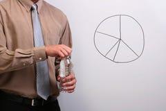 Mens die een fles opent Stock Foto