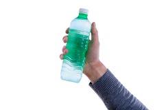 Mens die een fles zoet water steunen Stock Fotografie