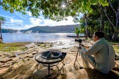 Mens die een foto in Canaima, Venezuela nemen stock fotografie