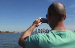 Mens die een foto op zijn mobiele telefoon nemen Stock Afbeeldingen