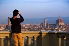Mens die een fotospruit van Florence met smartphone maken Royalty-vrije Stock Afbeelding