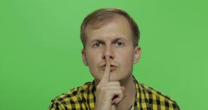 Mens die een geheim houdt of om stilte, ernstig gezicht, gehoorzaamheidsconcept vraagt stock videobeelden