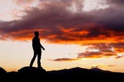 Mens die een geheimzinnige hemel overwegen Stock Foto's