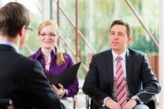 Mens die een gesprek met manager en partnerwerkgelegenheidsbaan hebben stock afbeelding