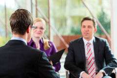 Mens die een gesprek met manager en partnerwerkgelegenheidsbaan hebben royalty-vrije stock fotografie