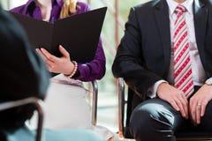 Mens die een gesprek met manager en partnerwerkgelegenheidsbaan hebben Royalty-vrije Stock Afbeeldingen