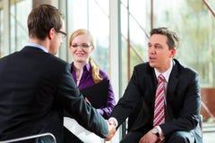Mens die een gesprek met manager en partnerwerkgelegenheidsbaan hebben Stock Afbeeldingen
