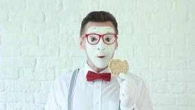 Mens die een gezond ontbijt in de ochtend eten mime stock videobeelden