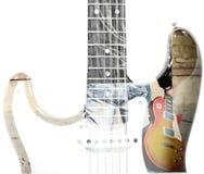 Mens die een gitaar en een gitaarsilhouet in dubbele blootstelling houden stock afbeeldingen