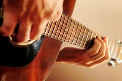 Mens die een gitaar speelt Royalty-vrije Stock Foto's