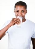 Mens die een glas Melk drinkt Stock Foto