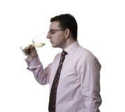 Mens die een glas witte wijn ruiken Royalty-vrije Stock Foto's
