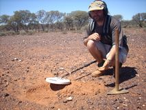 Mens die een gouden goudklompje op de goudvelden van Westelijk Australië vinden royalty-vrije stock afbeeldingen