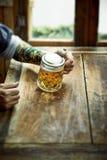 Mens die een grote mok bier in een rustieke bar drinken royalty-vrije stock foto