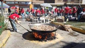 Mens die een Grote Paella voor een Festival in Spanje voorbereiden stock videobeelden