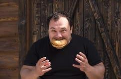 Mens die een Hamburger eet Stock Afbeeldingen