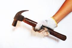 Mens die een hamer op een witte achtergrond houden stock afbeelding