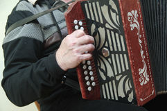 Mens die een harmonika spelen royalty-vrije stock afbeeldingen