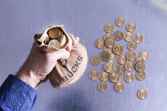 Mens die een hoogtepunt van de geldzak van Bokken houden Stock Foto