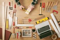 Mens die een houten plank meten Stock Foto