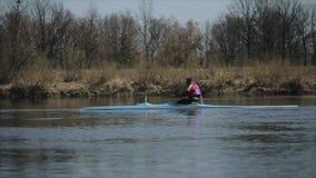 Mens die in een kano roeien Het roeien, canoeing, het paddelen Opleiding kayaking Volgend schot stock footage