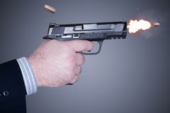 Mens die een kanon in brand steekt Stock Afbeelding
