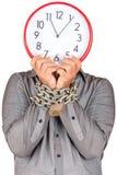 Mens die een klok in plaats van zijn gezicht met zijn geketende handen houdt Royalty-vrije Stock Foto's