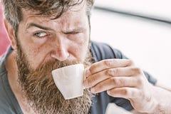 Mens die een koffiepauze neemt Kerel het ontspannen met espresso Geniet van hete drank Hipster het drinken koffie openlucht Mens  royalty-vrije stock afbeelding