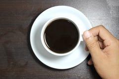Mens die een kop van koffie houdt Stock Fotografie