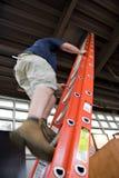 Mens die een Ladder beklimt stock afbeeldingen