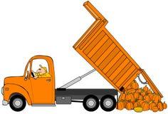 Mens die een lading van Halloween-pompoenen dumpen Stock Foto