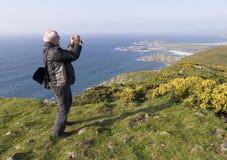 Mens die een landschap fotografeert Royalty-vrije Stock Foto's