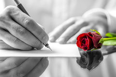 Mens die een liefdebrief schrijven aan zijn liefje stock afbeelding