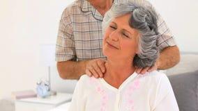 Mens die een massage geven aan zijn vrouw stock videobeelden