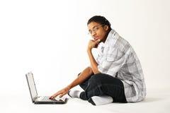 Mens die een notitieboekjecomputer met behulp van Royalty-vrije Stock Afbeeldingen