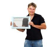 Mens die een oud venster houden stock foto's